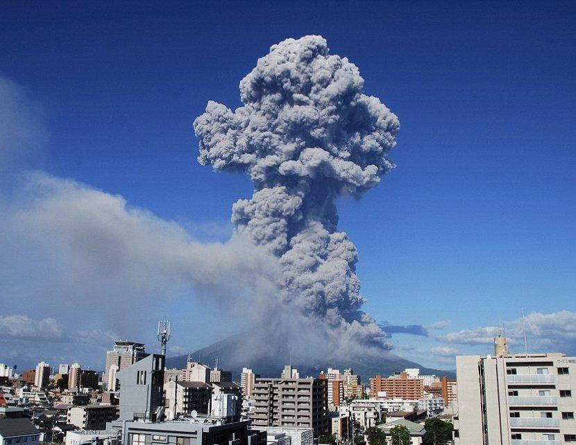 Vulcão Sakurajima lança nuvem de poeira a 5 km de altura