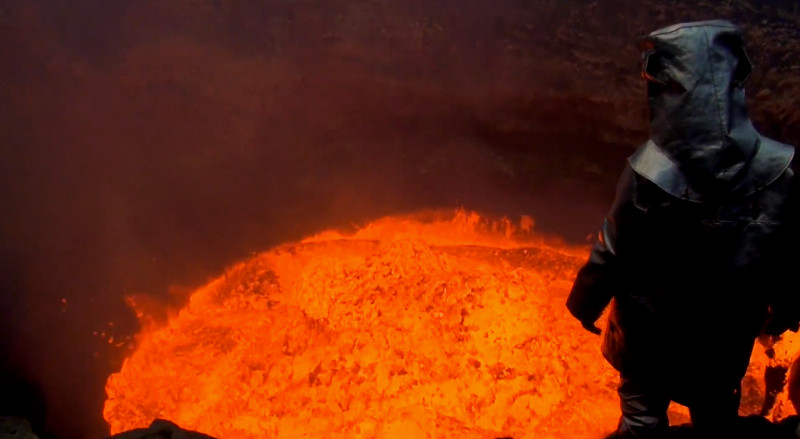 Esse homem entrou na cratera de um vulcão ativo